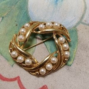 Vintage gold tone Brooch with Faux pearls
